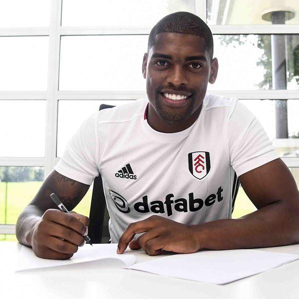 Cavaleiro firmando con el Fulham | Foto: Fulham
