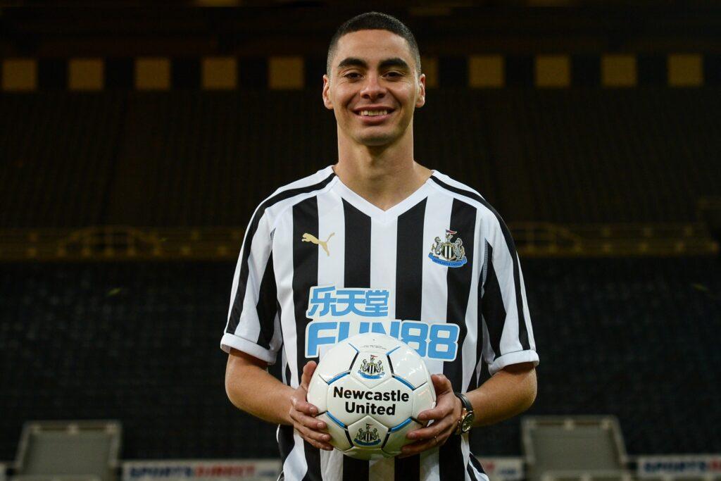 Almirón en su presentación con el Newcastle | Foto: Premier League