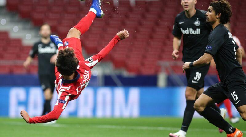 Joao Félix rematando de chilena frente al Salzburgo