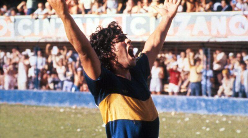 Maradona celebrando un gol en la bombonera