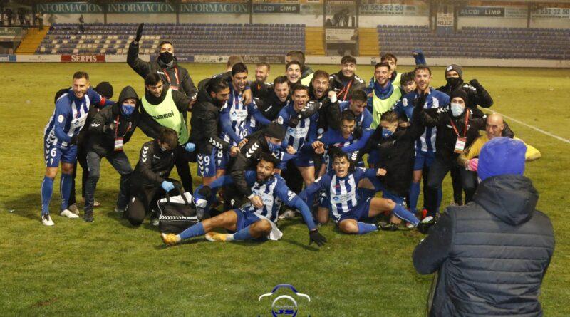 Los jugadores del CD Alcoyano celebrando el pase a la siguiente ronda