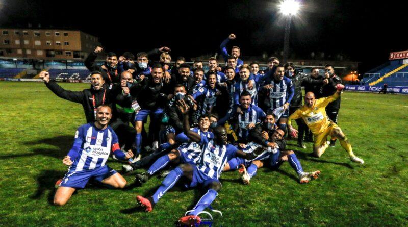 Los jugadores del Alcoyano celebran la victoria al final de partido